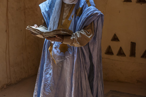 Ahmed Saleh, curator of the library Moulaye Cherif Ahmed Ould Mhamed Chinguetti, see one of the 1,350 manuscripts owned by his family. This young man took a course of protecting ancient volumes in Morocco and shows the property to the few tourists who venture into the interior of Mauritania.