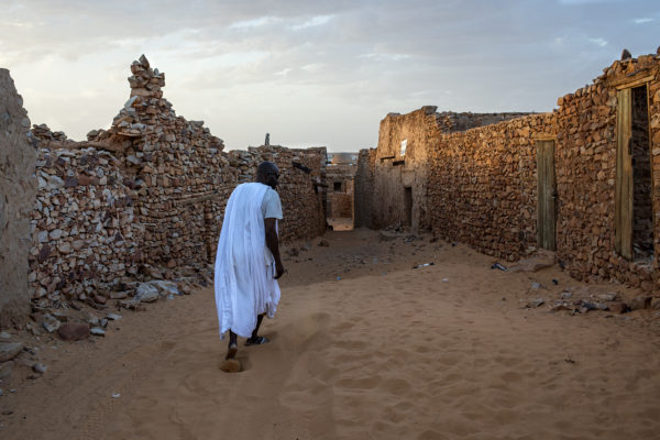 Chinguetti is located at the foot of a huge expanse of dunes that reaches Mali, which is considered the gateway to the desert. In 1996 it was declared a World Heritage Site by UNESCO. The ancient city, dating from the thirteenth century, is very deteriorated despite the restoration of some buildings. environmental.