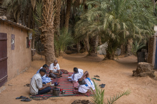 A group of Mauritanians enjoying tea at the oasis of Terjit, a few kilometers from Atar, which has a natural water source that comes from a Monana and a palm grove at the bottom of a ravine. There, the temperature drops several degrees outside.